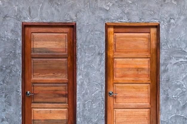 Holztür an der betonwandbeschaffenheit