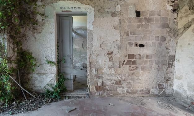 Holztür in einem zerstörten gebäude