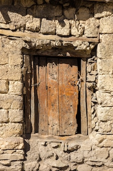 Holztür in einer steinmauer
