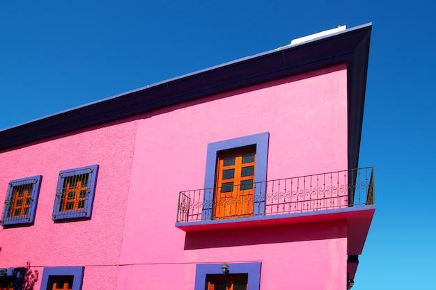 Holztüren der mexikanischen rosa hausfassade