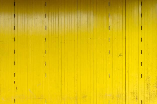 Holzwände aus schnittholz kommen als wände und nägel zum halten. beliebtes zuhause