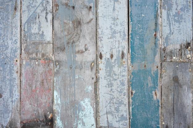 Holzwände aus schnittholz kommen als wände und nägel zum halten.