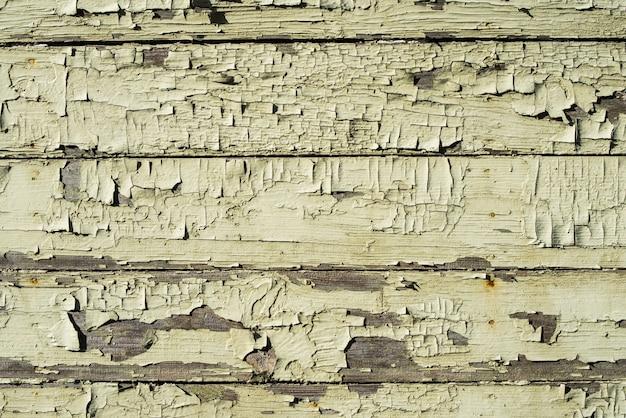 Holzwand mit rissiger alter grüner farbe. verwitterte gemalte weiße holzplanke, horizontaler grunge-hintergrund oder textur.