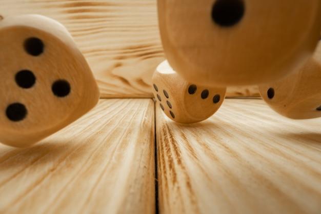 Holzwürfel auf hölzernem hintergrund schließen oben