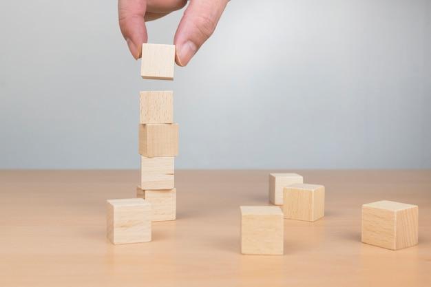 Holzwürfel stapeln. hand errichtet blockturm