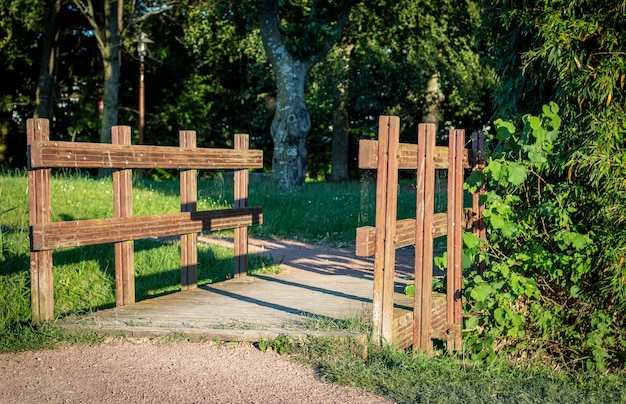 Holzzäune des von bäumen umgebenen parks