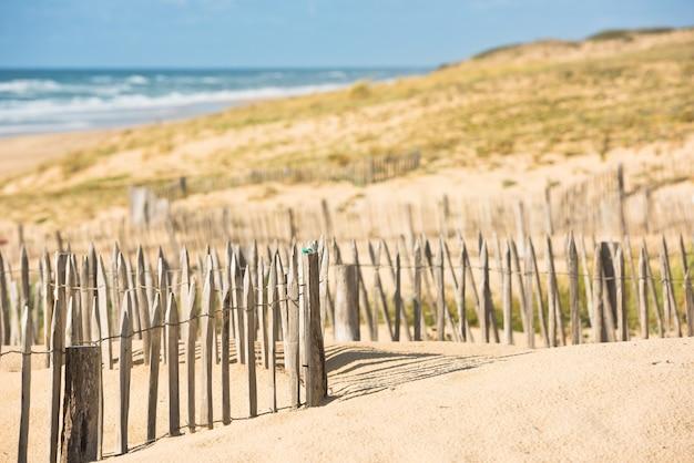 Holzzaun am schönen sandstrand