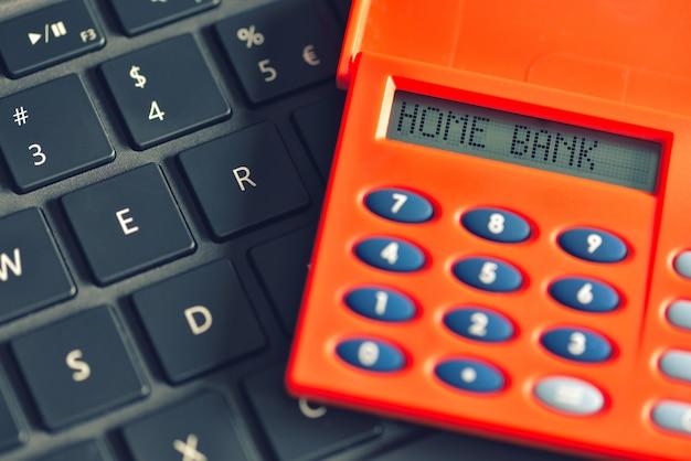 Home bank auf dem display des digipass über computertastatur geschrieben. online-banking-transaktionskonzept