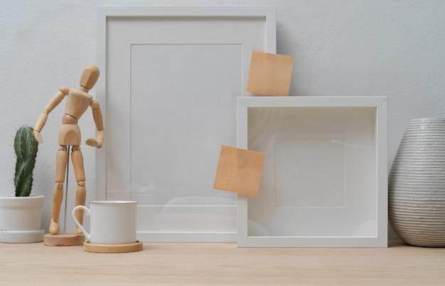Home interior design mit modellrahmen und dekorationen auf holztisch