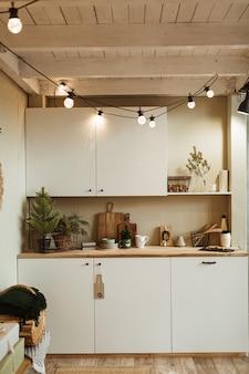 Home küche interieur mit weihnachtsfeier dekorationen girlanden lichter, tannenzweige