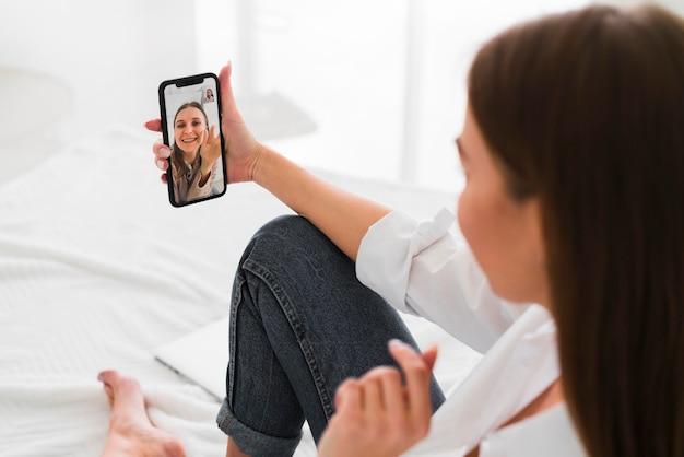 Home lifestyle-konzept frau, die ein selbstfoto macht