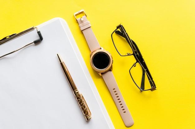Home-office-arbeitsbereich-modell mit zwischenablage, brille und zubehör. flache lage, draufsicht. vorlage für blog, blogger, business