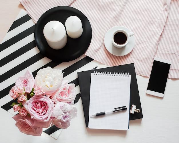 Home-office-arbeitsbereich. notizbuch mit exemplar