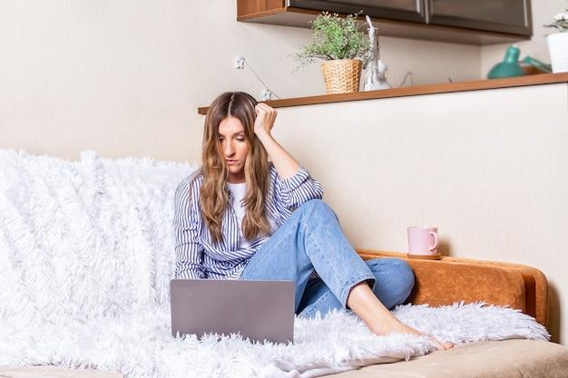 Home-office-frau und fernunterricht online-bildung glückliche dame mädchen mit welligen haaren arbeiten bei