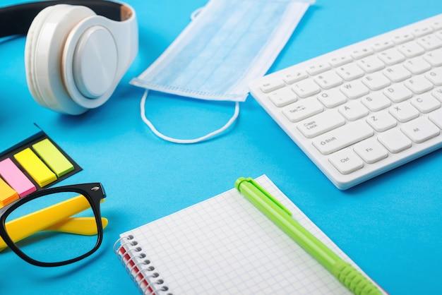 Home-office-hintergrund. fernarbeit und bildung. coronavirus-quarantäne. arbeit und ausbildung von zu hause aus.