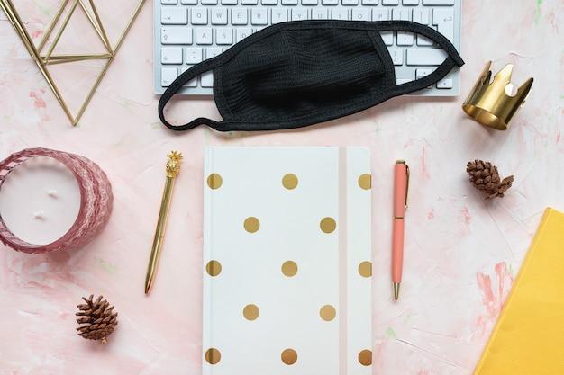 Home-office-hintergrund. maske und tastatur auf pink