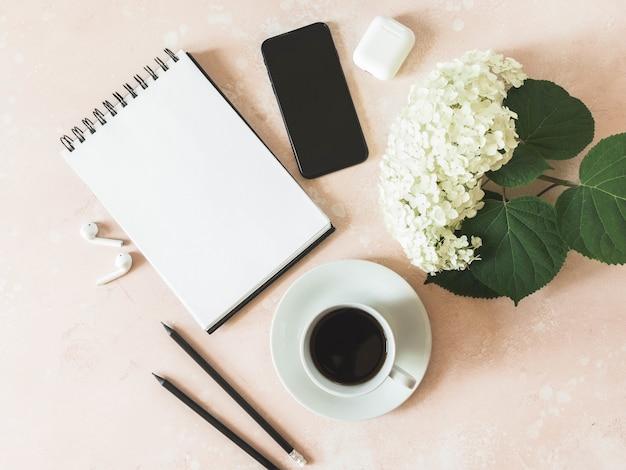 Home-office-schreibtisch arbeitsbereich mit schwarzem smartphone