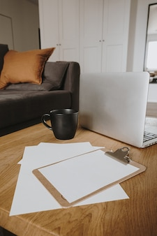 Home-office-schreibtischarbeitsbereich mit leerem papierblatt zwischenablage notizblock