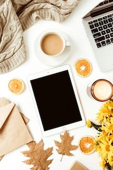 Home office tisch schreibtisch arbeitsbereich mit leerem bildschirm tablet mit kopierraum. flache lage, draufsicht