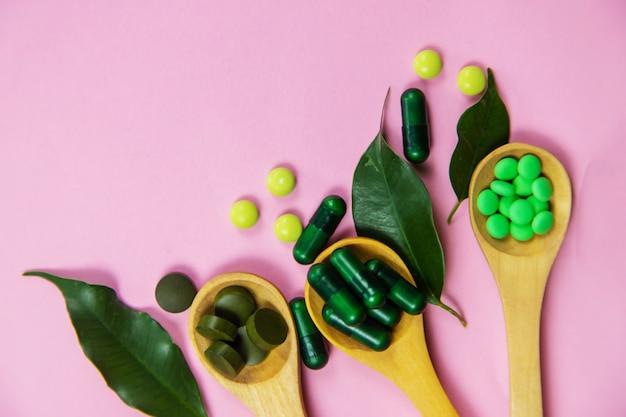 Homöopathie in kleinen gläsern. kräuterextrakt. selektiver fokus. natur.