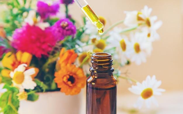 Homöopathie, kräuterextrakte in kleinen flaschen.