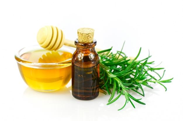 Homöopathiehilfsmittelrezept des honigs, des rosmarins und des ätherischen öls auf weißem hintergrund.