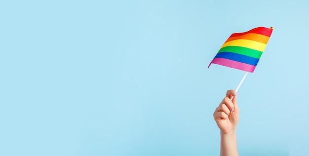 Homosexuell flaggen in der hand der frauen