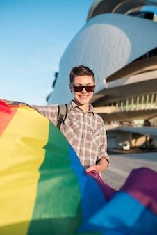 Homosexuell mit fliegender regenbogenfahne