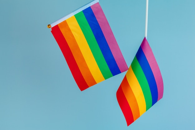 Homosexuell - nah oben von den regenbogenflaggen