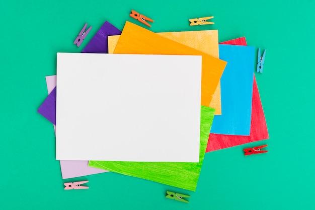 Homosexuell stolz konzept schichten von farbigem papier