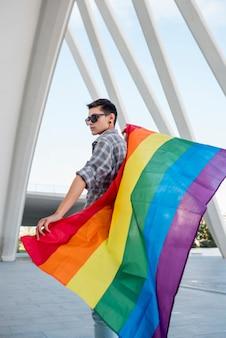 Homosexuelle holding regenbogenfahne