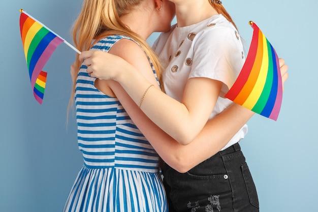 Homosexuelle liebe und ehe. nahaufnahme des glücklichen lesbischen paares
