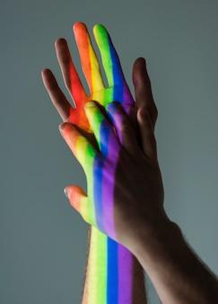 Homosexuelle männer hände, die sich gegenseitig halten