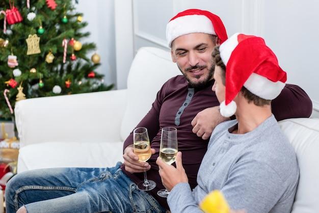 Homosexuelle männliche paare, die zu hause chritsmas feiern