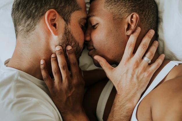 Homosexuelle paare, die in bett streicheln
