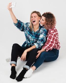 Homosexuelle paare, die selfie für valentinsgrüße lachen und nehmen