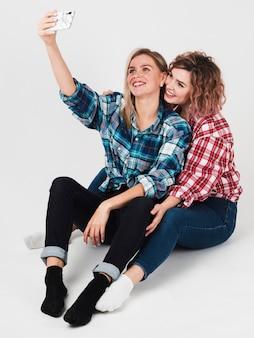 Homosexuelle paare, die selfie für valentinsgrüße lächeln und nehmen