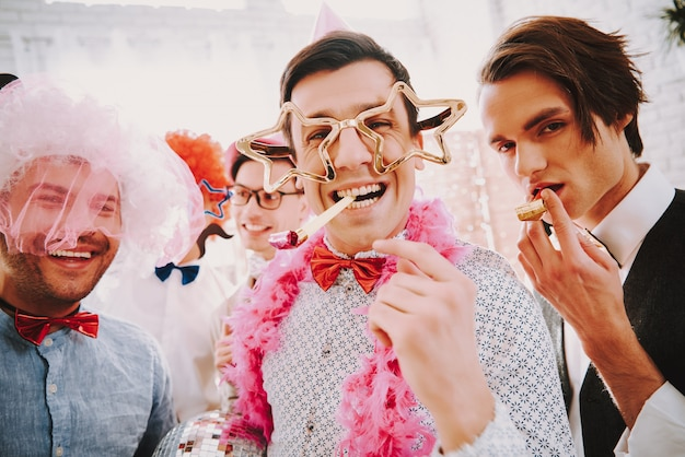 Homosexueller mann mit sternpunkten raucht zigarre und lächelt.