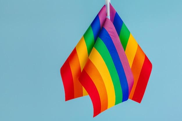 Homosexuelles konzept - nahaufnahme von regenbogenfahnen