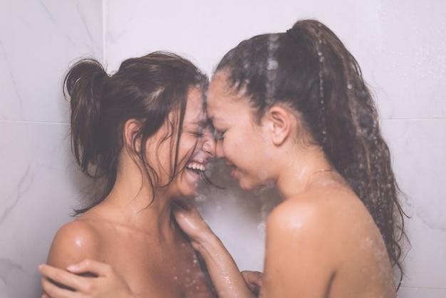 Homosexuelles lesbisches paar unter der dusche, küssend