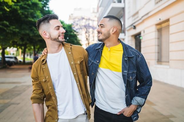 Homosexuelles paar, das zeit zusammen verbringt