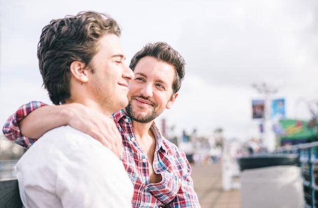 Homosexuelles paar sitzt auf einer bank