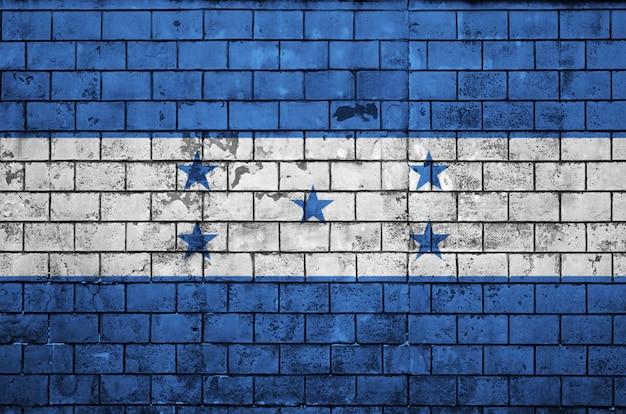Honduras-flagge wird auf eine alte backsteinmauer gemalt