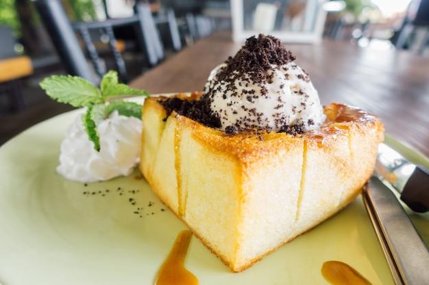 Honey toast, bestehend aus brot mit honig und eiscreme