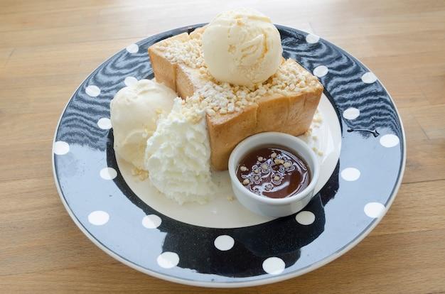 Honey toast, besteht aus brot mit honig und eis