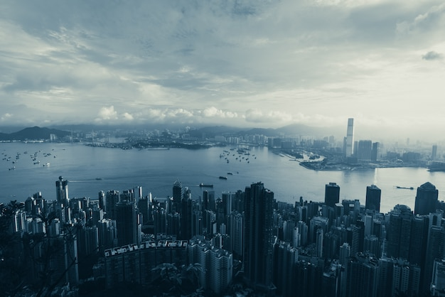 Hong kong - 25. april 2020: panorama von victoria harbour von hong kong city, stadtbild mit wolkenkratzer
