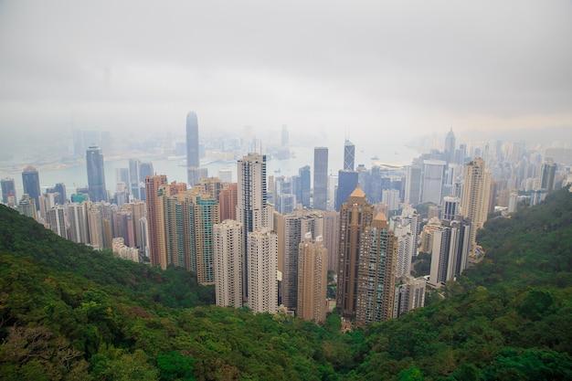 Hong kong skyline mit dem nebel. blick vom victoria peak.