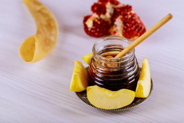 Honig, apfel und granatapfel für jüdischen feiertag der traditionellen feiertagssymbole rosh hashanah