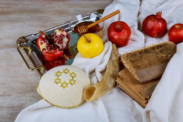 Honig, apfel und granatapfel für traditionelle feiertagssymbole rosh hashanah jewesh feiertag