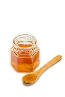 Honig auf weißem hintergrund. selektiver fokus. essen.
